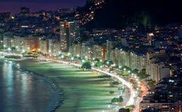 De mening van de nacht van strand Copacabana in Rio de Janeiro royalty-vrije stock foto's