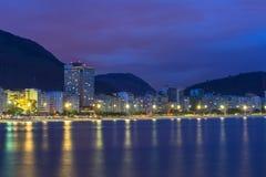 De mening van de nacht van strand Copacabana in Rio de Janeiro Royalty-vrije Stock Afbeeldingen