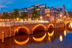 De mening van de nachtstad van het kanaal en de brug van Amsterdam Royalty-vrije Stock Afbeeldingen