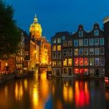 De mening van de nachtstad van het kanaal van Amsterdam met Nederlandse hous Royalty-vrije Stock Foto's