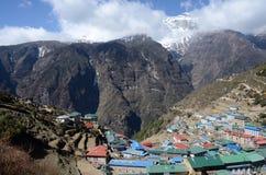 De mening van de Namchebazaar - populaire plaats onder trekkers, Nepal Stock Afbeelding