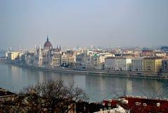 De mening van de ochtend over de daken van Boedapest Stock Afbeelding