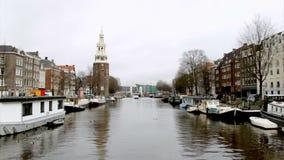 De mening van de ochtendwinter over één van de kanalen van Amsterdam stock footage