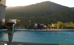 De mening van de pool aan de berg Stock Foto