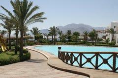 De mening van de pool in een strandhotel Stock Fotografie