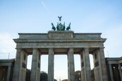 De mening van de Poort van Brandenburg (Brandenburger-Piek) is zeer beroemd architecturaal monument in het hart van het district  Stock Foto's