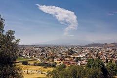 De mening van de Popocatepetlvulkaan van Cholula, Mexico Stock Fotografie