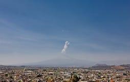 De mening van de Popocatepetlvulkaan van Cholula, Mexico Stock Afbeelding