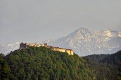 De mening van de Rasnovcitadel met Bucegi-bergen op achtergrond stock foto's