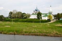 De mening van de rivier aan oude Suzdal het Kremlin Royalty-vrije Stock Afbeeldingen