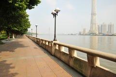 De mening van de rivier en van de stad Royalty-vrije Stock Fotografie
