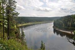 De mening van de rivier Shchugor op bovenkant stock afbeeldingen