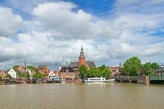 De mening van de rivier van Leda op Stadhuis en Oud weegt Huis in Koeloven, Duitsland Stock Foto's