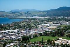 De mening van de Rotoruastad en bergenachtergrond Stock Afbeelding