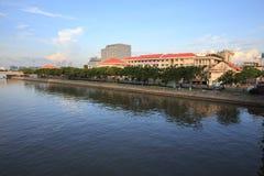 De mening van de Saigonrivieroever op het centrum van de binnenstad met gebouwen over de rivier Ho Chi Minh City van rivieroevers Stock Foto's