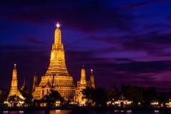 De mening van de schemering van Wat Arun over de Rivier van Chao Phraya tijdens zonsondergang Stock Afbeeldingen