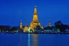Wat Arun over de Rivier van Chao Phraya tijdens schemering Royalty-vrije Stock Foto's