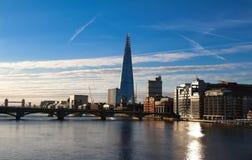 De mening van de Scherfbouw, wolkenkrabbers en de Rivier van Theems bij zonsondergang, Londen, het Verenigd Koninkrijk royalty-vrije stock afbeeldingen
