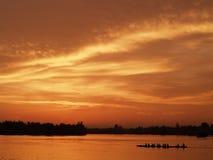 De mening van de Sihouetteboot in zonsondergangogenblik Royalty-vrije Stock Foto's