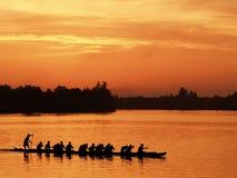 De mening van de Sihouetteboot in zonsondergangogenblik Royalty-vrije Stock Afbeelding