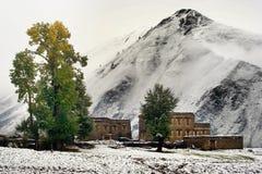 De mening van de sneeuw van tibetan dorp bij shangri-La China Royalty-vrije Stock Afbeeldingen