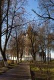 De mening van de stegen in het stadspark die naar het Kremlin gaan fotografeerde vroege de herfstochtend De herfst Suzdal Rusland stock afbeeldingen
