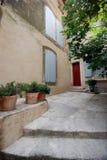 De mening van de straat in dorp van de Provence, Frankrijk Stock Foto's