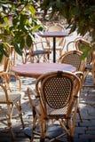 De mening van de straat van een koffieterras Royalty-vrije Stock Fotografie