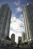 De mening van de straat van flatgebouwen met koopflats Royalty-vrije Stock Afbeelding