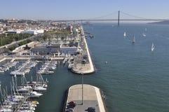 De mening van de tagusrivier van Lissabon met brug in de rug Royalty-vrije Stock Foto