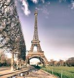 De mening van de Toren van Eiffel van de Tuinen van Champs DE Mars Stock Foto's