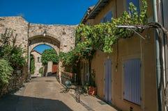 De mening van de traditionele Provence huisvest en boog op een straat bij zonsopgang, in châteauneuf-DE-Gadagne Royalty-vrije Stock Afbeeldingen