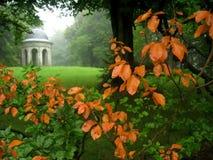 De mening van de tuin in de herfst Royalty-vrije Stock Foto's