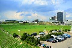 De mening van de Vilniusstad met mensen die op het gras rusten Royalty-vrije Stock Foto's