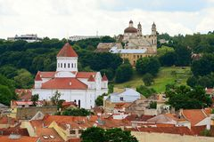 De mening van de Vilniusstad van Kathedraalklokketoren in Kathedraalplaats royalty-vrije stock fotografie