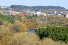 De mening van de Vilniusstad van Neris-rivierraad in Lazdynai-district royalty-vrije stock afbeelding