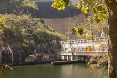 De mening van de voorzijde van de Bhumibol-Dam in Tak-provincie Royalty-vrije Stock Afbeeldingen