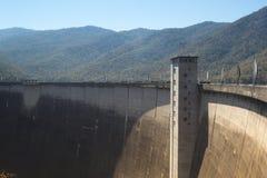 De mening van de voorzijde van de Bhumibol-Dam in Tak-provincie Royalty-vrije Stock Fotografie