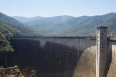 De mening van de voorzijde van de Bhumibol-Dam in Tak-provincie Royalty-vrije Stock Afbeelding
