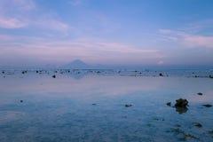 De mening van de vulkaan Agung van Gili Trawangan in de vroege ochtend at low tide Stock Foto