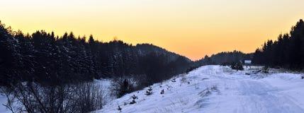 De mening van de winter over de rivier Volkhov na zonsondergang stock foto