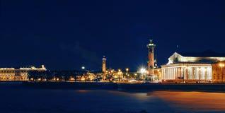 De mening van de winter over pijl van eiland Vasilevsky Royalty-vrije Stock Foto