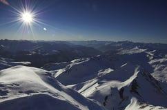 De mening van de winter vanaf de bovenkant van de berg Stock Afbeelding