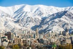 De mening van de winterteheran met een sneeuw behandelde Alborz-Bergen Royalty-vrije Stock Afbeelding