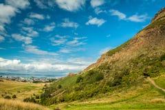 De mening van de zomer van berg aan de Dokken van Edinburgh Leith stock foto
