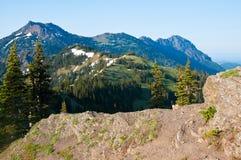 De mening van de zomer van bergen van een wandelingssleep bij orkaanrand Stock Fotografie