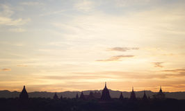 De mening van de zonsondergang over Bagan Stock Afbeeldingen