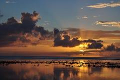 De mening van de zonsondergang over Rarotonga, de Cook Eilanden Stock Foto's