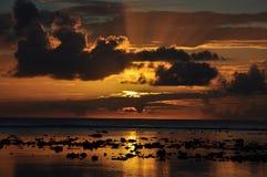 De mening van de zonsondergang over Rarotonga, de Cook Eilanden Stock Foto