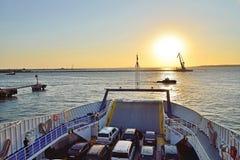 De mening van de zonsondergang van de veerboot aan de Krim Stock Foto